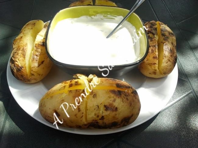 Pommes de terre au barbecue et à la crème ciboulette au fromage à l'ail
