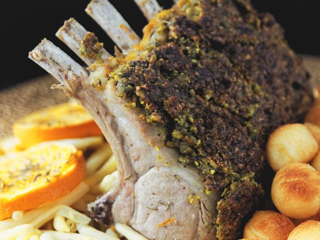 Carré d'agneau en croûte de pistache, jus glacé à l'orange et au thym