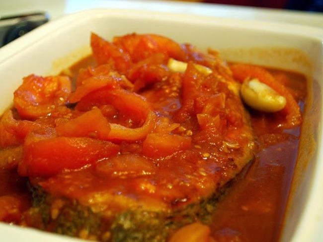 Cabillaud aux tomates, épices et fines herbes