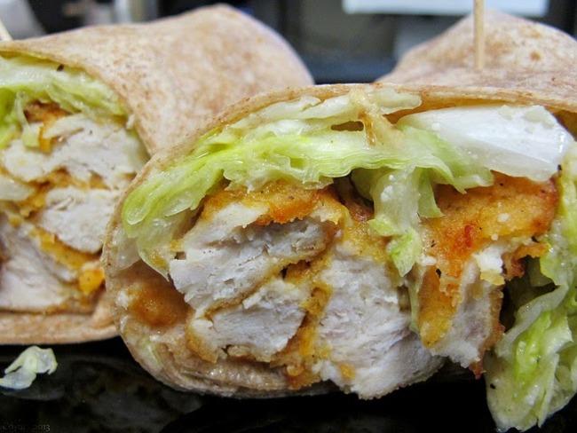 Wrap de poulet pané, cajun, bacon et pignons de pin