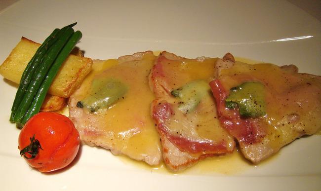 Petites escalopes de veau à la sauge, jambon toscan et fontina, déglacé au vin blanc