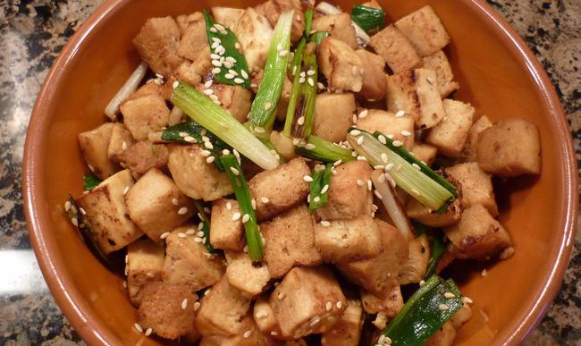 Tofu frit et oignons verts