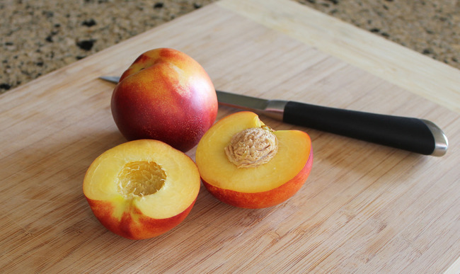 Nectarine ouverte au couteau