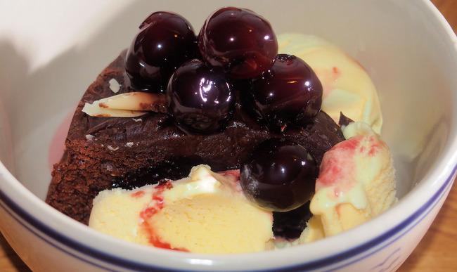 Gâteau aux chocolat, glace vanille et cérises amerena