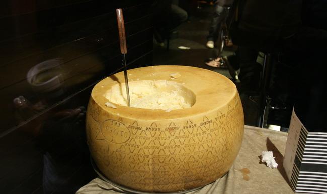 Meule entamée de grana padano