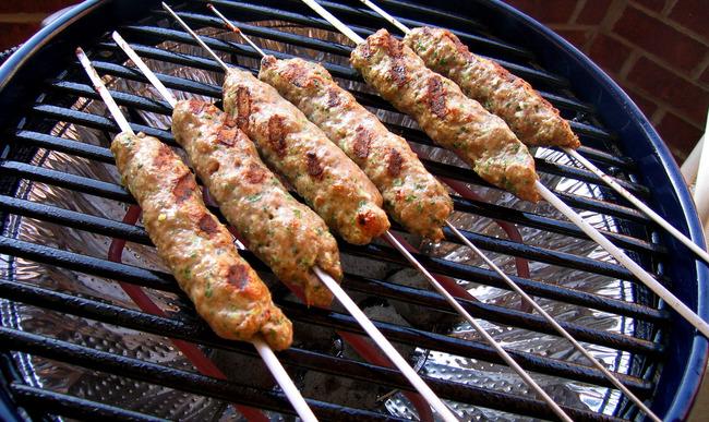 Keftas sur la grille du barbecue