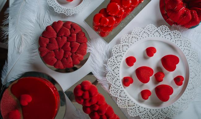 Gâteaux et biscuits rouges pour la Saint-Valentin.
