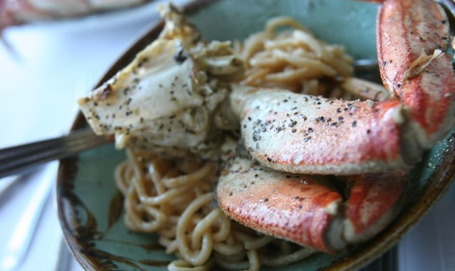 Pinces de crabe et nouilles à l'ail
