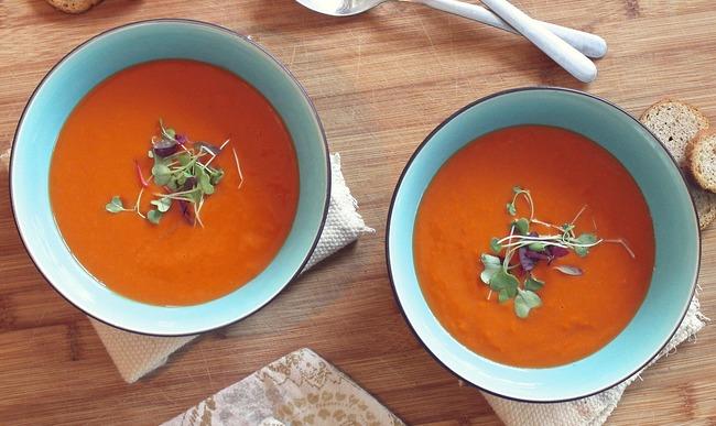 Deux bols de soupe froide à la tomate