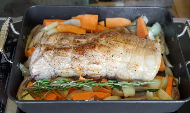 Rôti de porc sur garniture de légumes