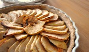 Tarte aux pommes et assiettes blanches