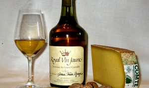 Verre de vin jaune, fromage comté et noix