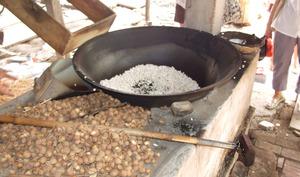 Préparation de riz soufflé au Vietnam