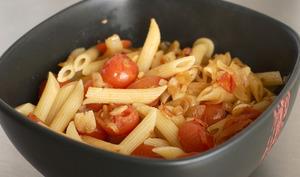Penne avec tomates cerises, oignon et ail.
