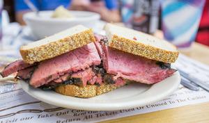 Sandwich au pastrami sur assiette