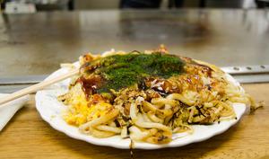 Okonomiyaki sur assiette avec baguettes