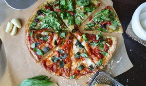 Pizza moitié rouge et moitié verte