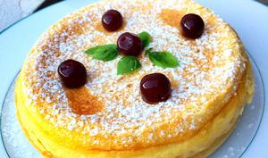 Gâteau magique sur assiette blanche