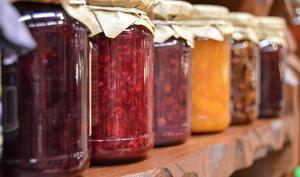 Pots de condiments sur une étagère