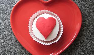 Heart cake dans une assiette en forme de coeur