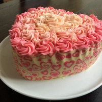 Cake en forme de coeur recouvert de crème au beurre