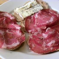 Coppa et fromage sur assiette
