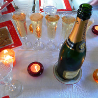 Bouteille et flûtes à Champagne sur une table de fête