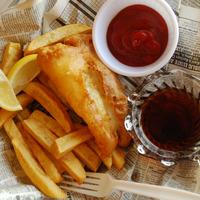 Poisson frit, frites et sauce dans un journal