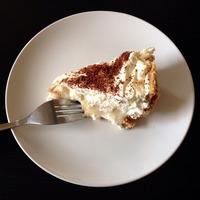 Part de banoffee pie sur assiette blanche