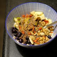 Mélange de graines, fruits secs et fruits frais dans un bol