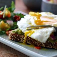 Salade et tartine veggie