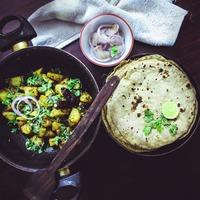 Légumes sautés à la poêle et pains plats
