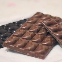 Tablettes de chocolat à croquer noir et au lait
