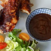 Bol de sauce BBQ avec poulet fumé et salade