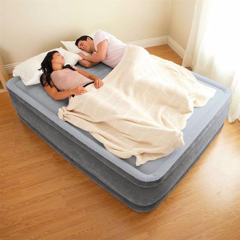Полутороспальная надувная кровать Intex 67768 (137 x 191 x 33 см) Comfort-Plush + Встроенный электронасос 220В