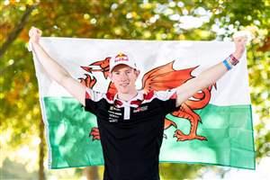 Evans steps closer to title