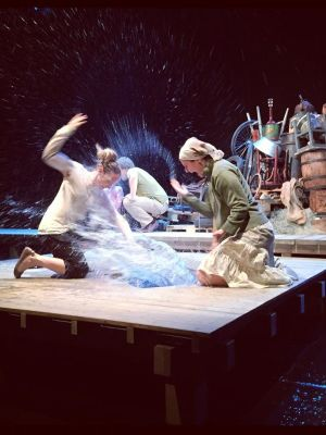 2015 The Water Station Girls playing with water · By: Nordland teater