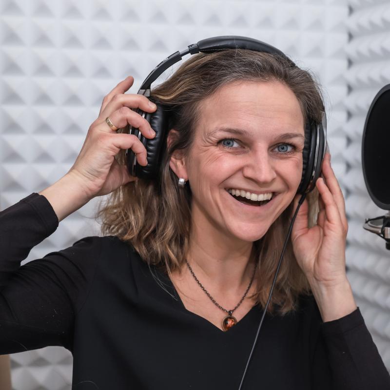 Voice Over Nienke - Dutch female in Studio