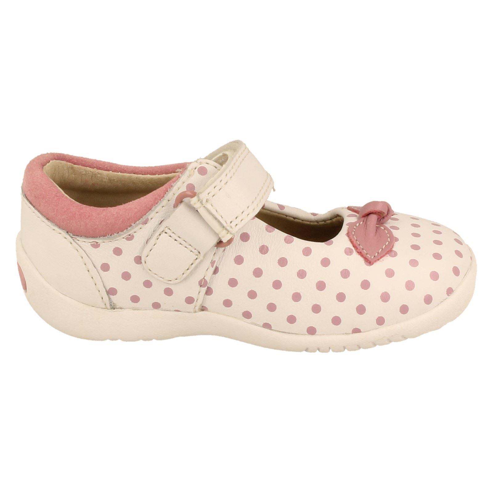 Chicas Clarks Primero Zapatos El Estilo Mary Jane suavemente Dotty-W