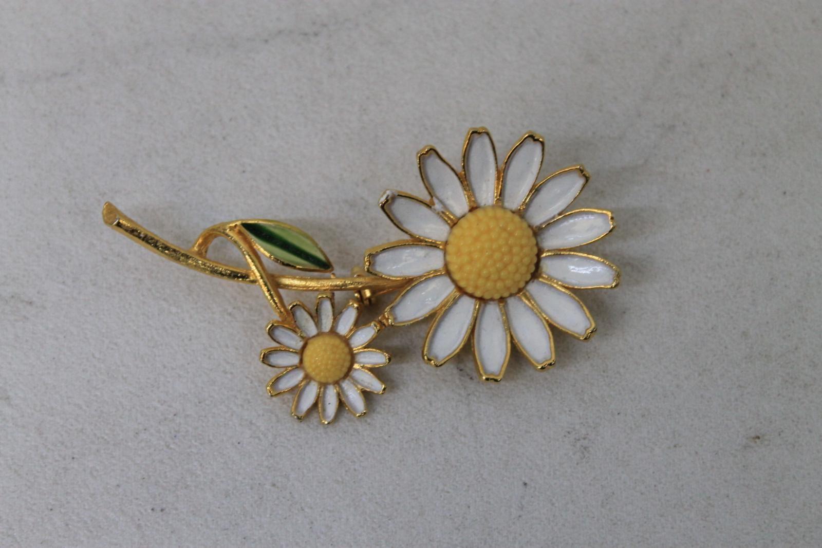 WEISS-Ladies-Vintage-Golden-Designer-Daisy-Flower-Metal-Brooch-Lapel-Pin