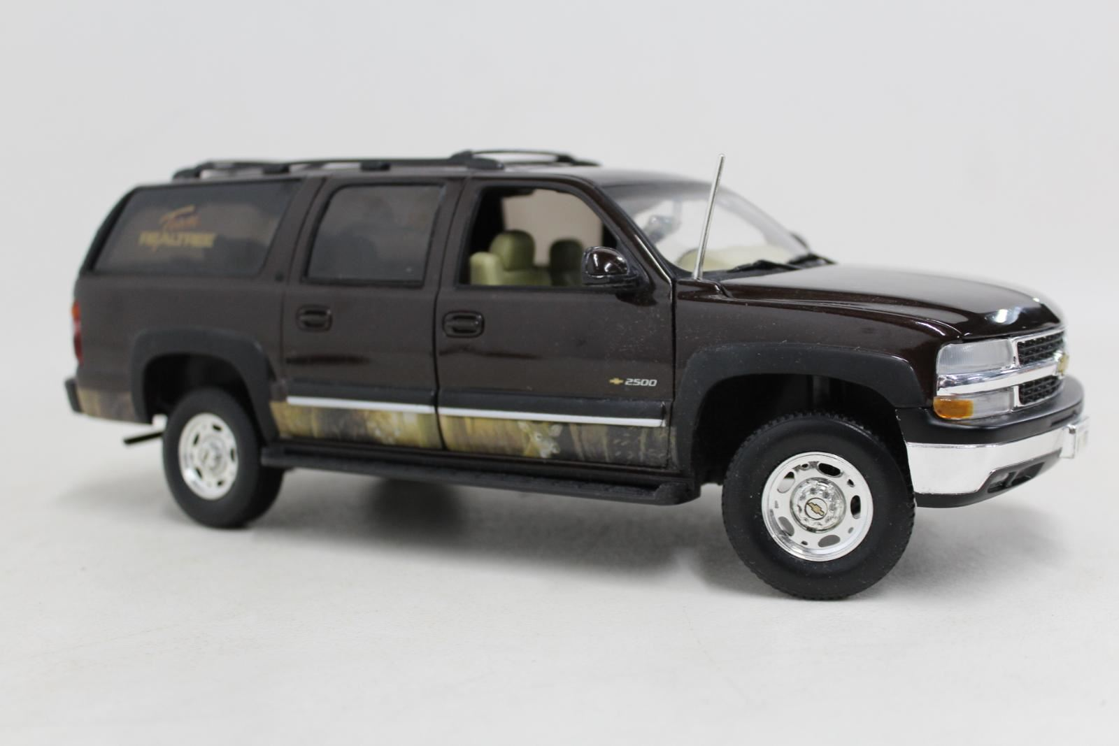 TEAM REALTREE Red Chevrolet Chevy Suburban Sportsman 1 18 ERTL Car Model