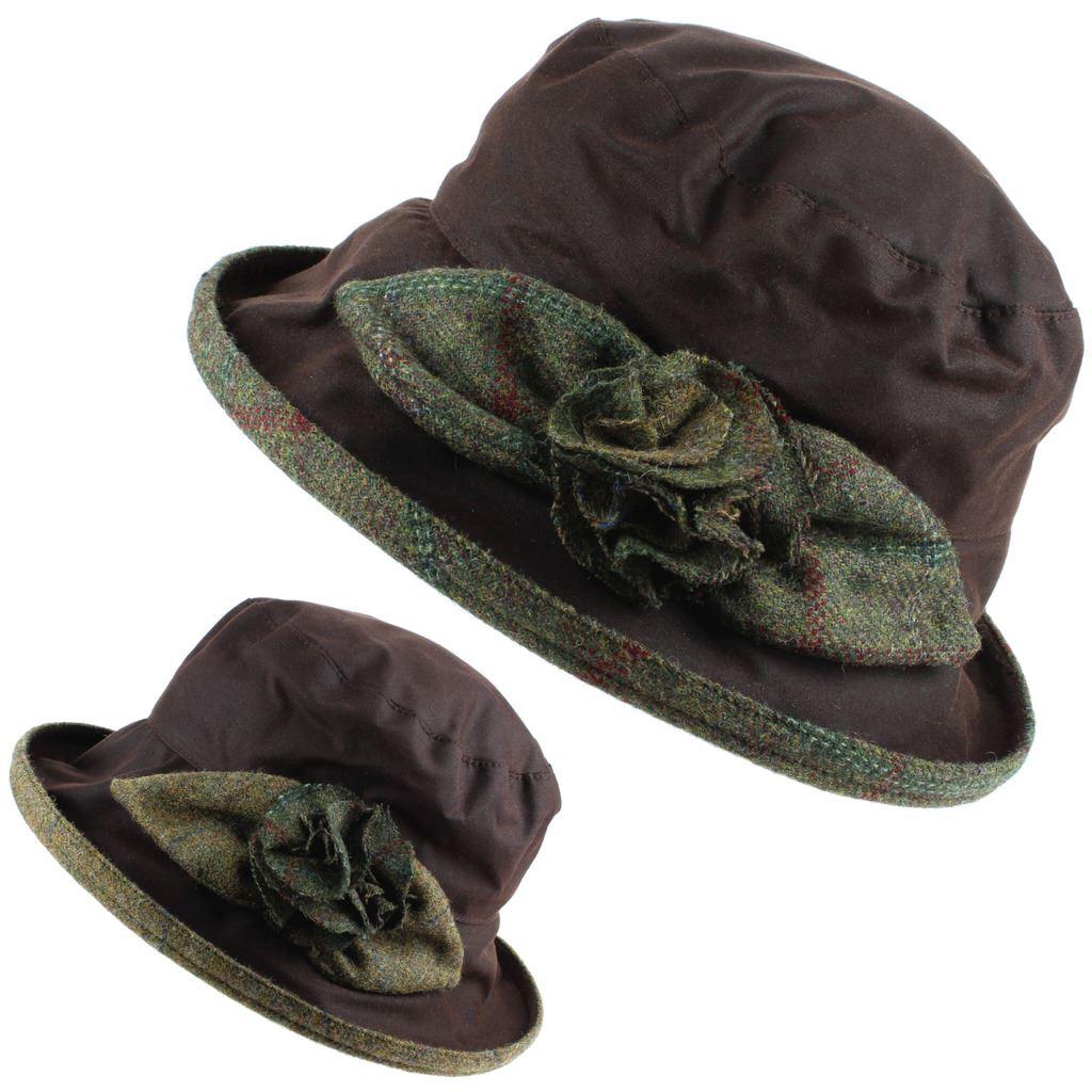 Un cappello a cloche cera alla moda con una grande lato rosa e foglie  realizzati da tweed di lana che riveste anche la parte inferiore del bordo. 911f3e782ffc