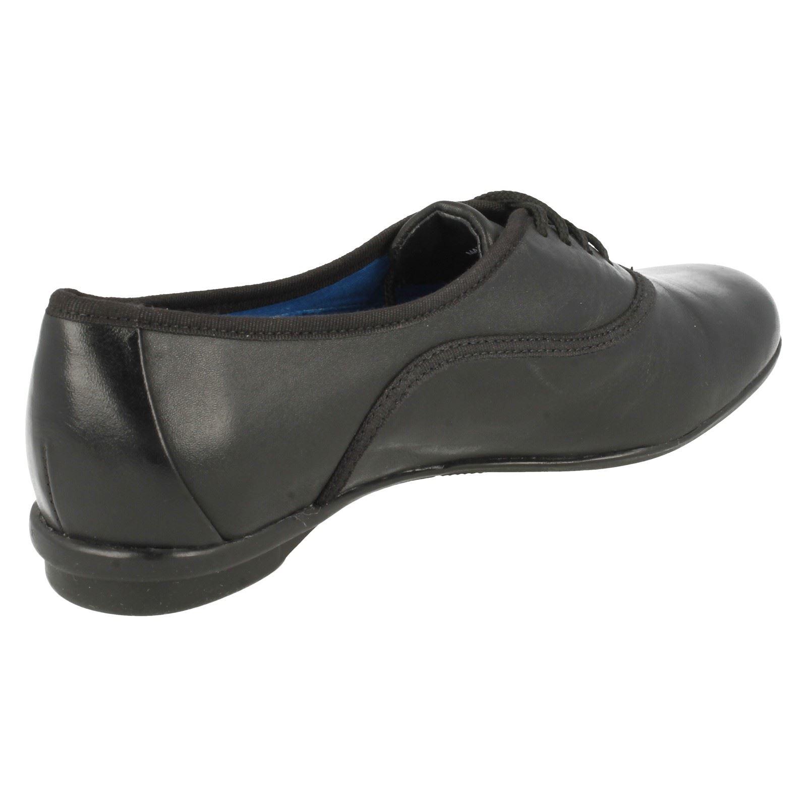 Señoras Clarks Plana lazada Zapatos pulsera del grano