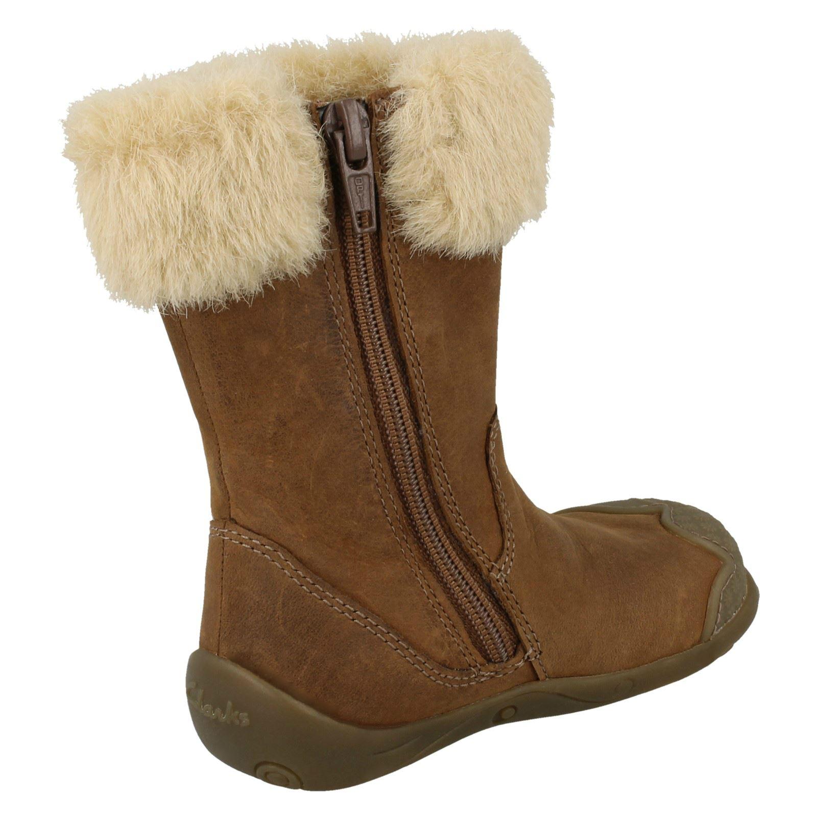 c5e8e23a3b9a6 Jeunes filles premier Clarks bottes « Esquimau fourrure »