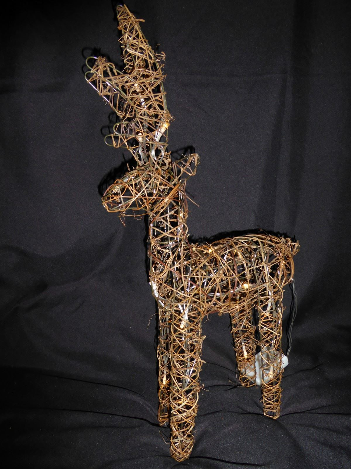 Large-Pre-Lit-Christmas-Reindeer-Decoration-Rustic-Rattan-LED-Lights-Indoor thumbnail 33
