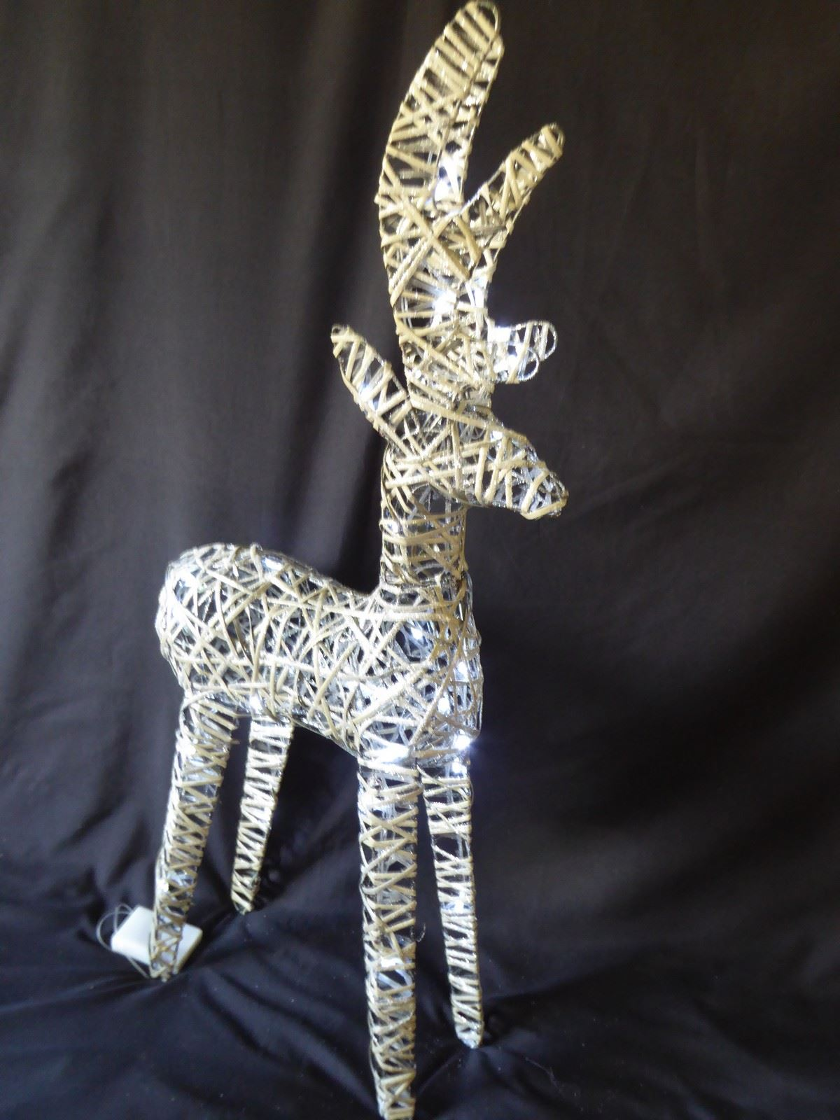Large-Pre-Lit-Christmas-Reindeer-Decoration-Rustic-Rattan-LED-Lights-Indoor thumbnail 43