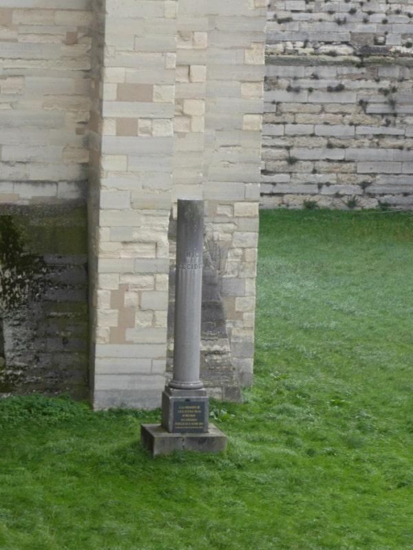 Colonne commémorative qui marque le lieu de l'éxécution du duc d'Enghien au château de Vincennes