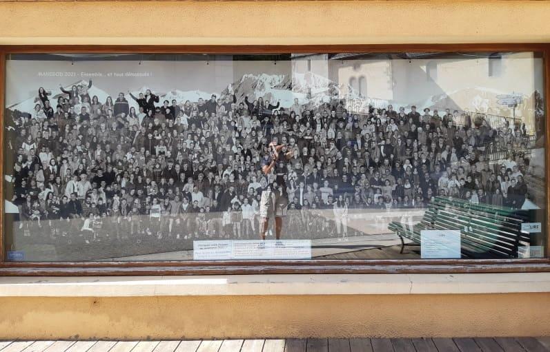 La fresque photographique dans une vitrine d'une boutique du village de Manigod