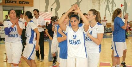 שחקניות נבחרת ישראל חוגגות (משה חרמון)