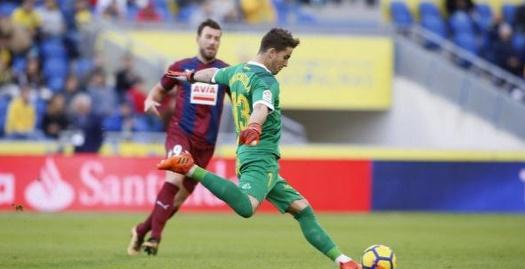 צ'יצ'יסולה מרחיק את הכדור (La Liga)